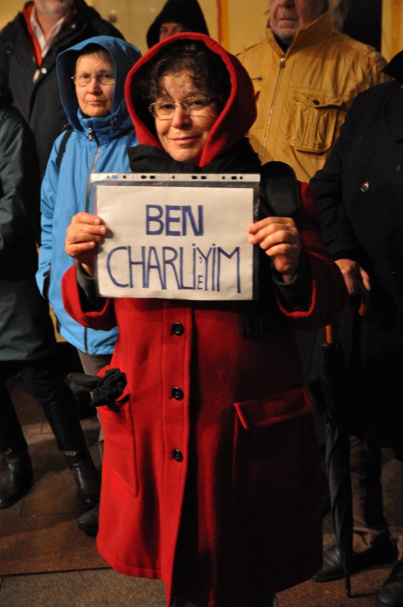 """Eine Demo Teilnehmerin mit der türkischen Version von """"Je suis Charlie"""""""